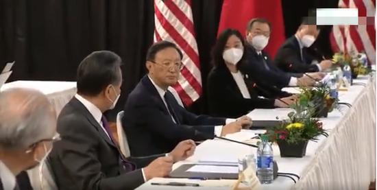 ·张京(右三)在对话现场。(视频截图)