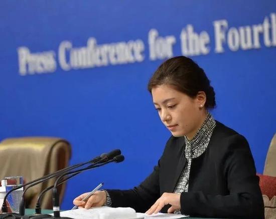·张京在发布会上担任翻译,妆容优雅大气。