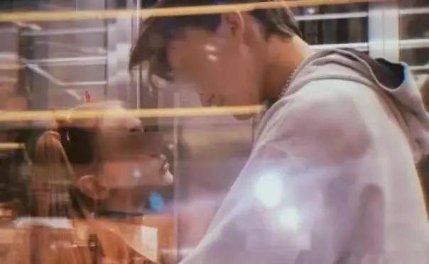 8岁女孩和男友热吻过夜,妈妈亲自直播 看完我直冒冷汗!