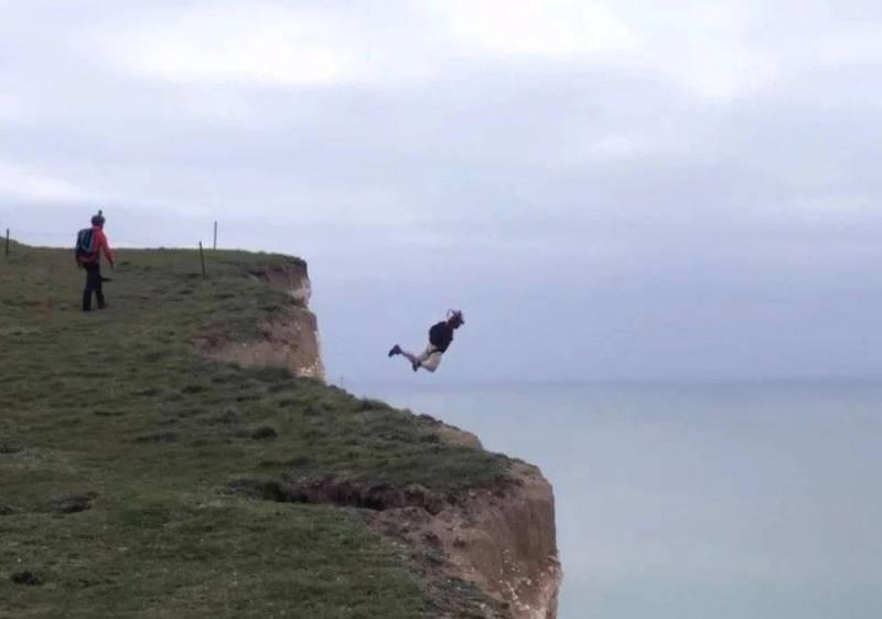 嚇死!他挑戰英國最高海岸懸崖 跳傘沒打開竟生還