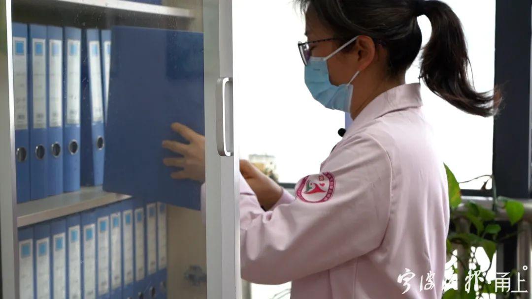 女醫生為節省上下班時間,在醫院門口停房車
