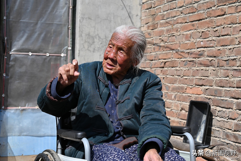 """102岁奶奶太""""豪横""""!喝酒吃肉还喝饮料,最爱逛街"""