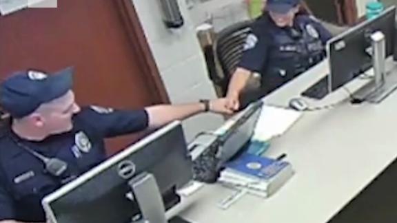 科罗拉多警察粗暴逮捕痴呆老人,回看录像时竟放声大笑