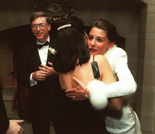 比尔盖兹离异后首出席论坛 网友惊见还戴着婚戒