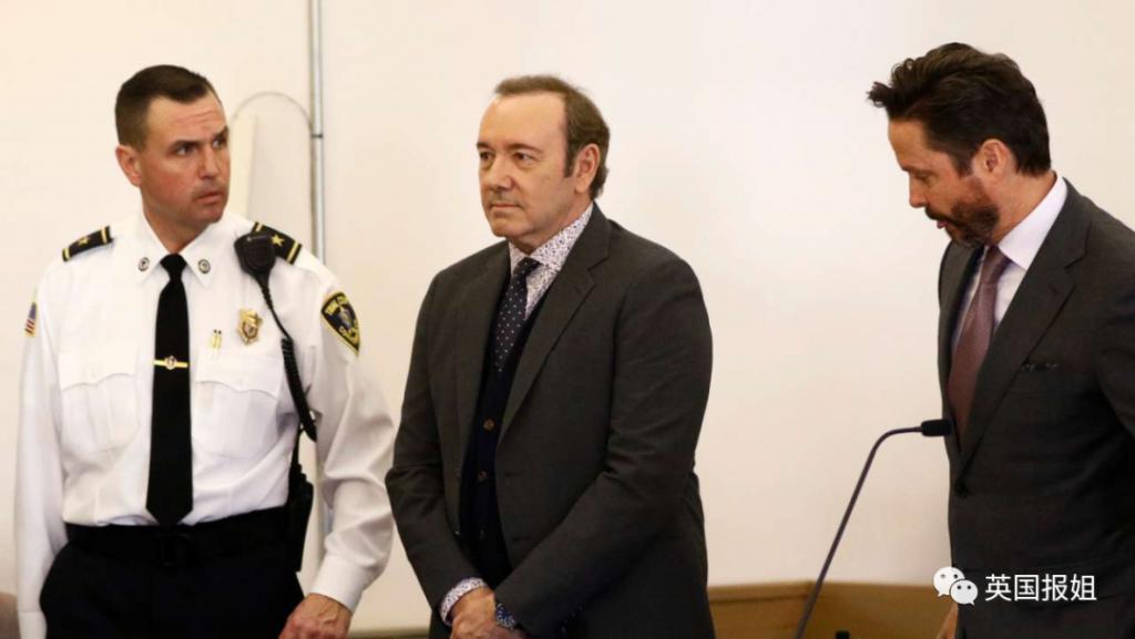 凯文史派西恋童争议后高调复出!被15人控性侵却演刑警