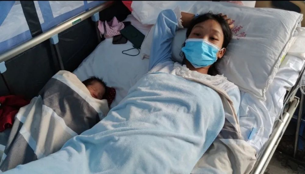 6天1500多次地震后:高考生挑灯夜读 遮雨棚内诞男婴