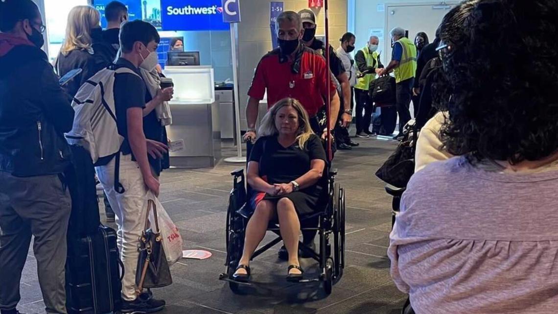 美一航班爆恐怖斗殴:空姐被乘客打掉2颗牙 坐轮椅下机
