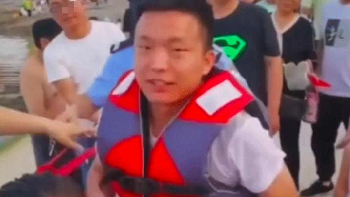 小伙救落水儿童金项链遗失遭疑,下水捞出自证清白