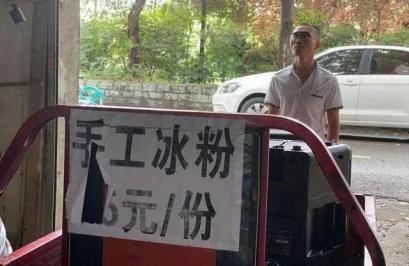 本科生洗车引争议:不要看不起跪着赚钱的成年人