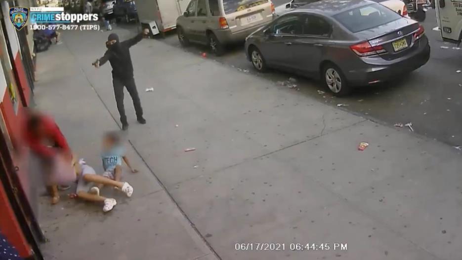 纽约光天化日下发生枪击案 两儿童被当人肉盾牌
