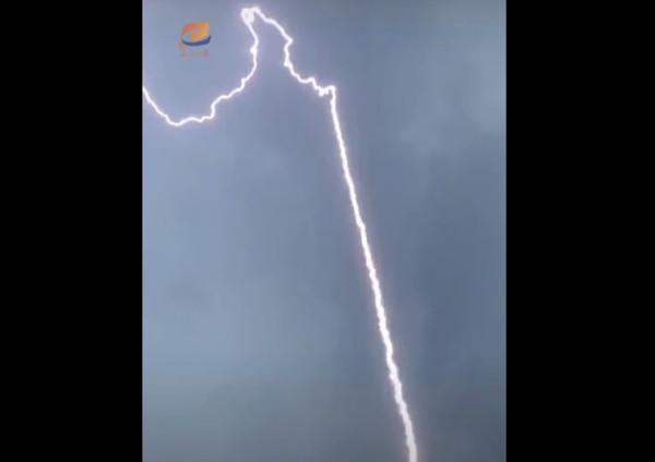 中科院人工引雷实验引关注 光束从天而降震撼视频曝光