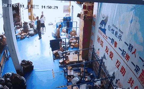 两男子互相吐口水,还三次报了警!