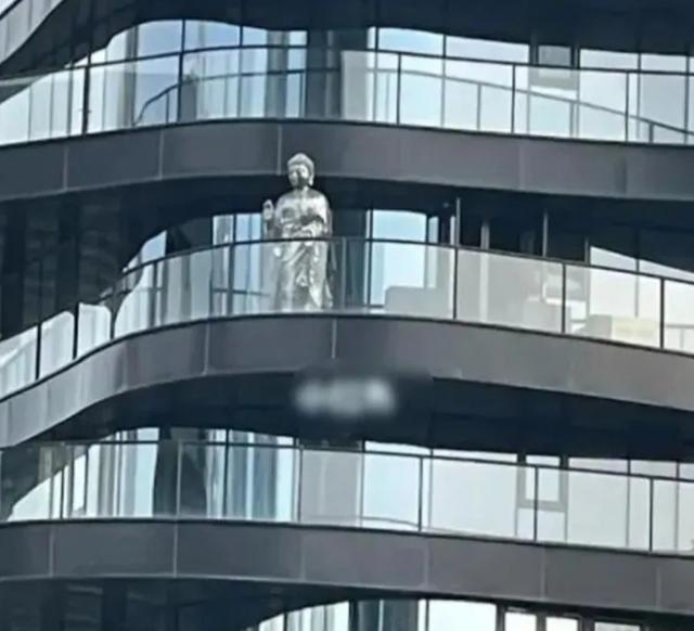 王菲北京上亿豪宅曝光,阳台放 2 米高佛像