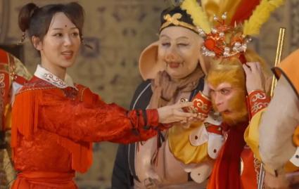 """""""唐僧""""迟重瑞与富婆老婆现身,地位差别却一目了然"""