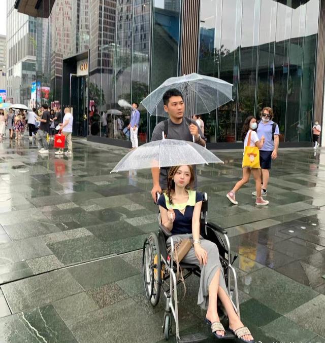 知名网红引群嘲!雨天坐轮椅出行称脚有洁癖