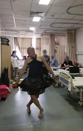 男子穿垃圾袋跳舞,网友:太美了!