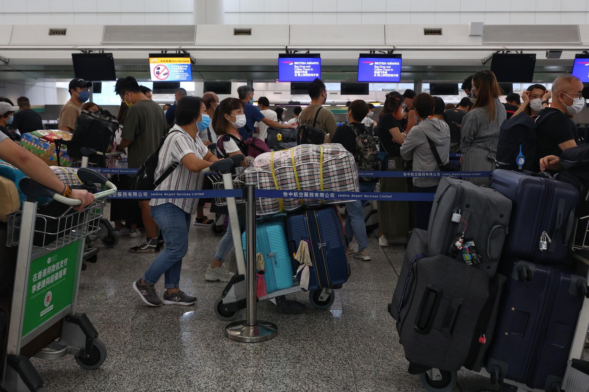 """泣不成声 直击""""逃港潮"""":机场挤满最后期限离港民众"""