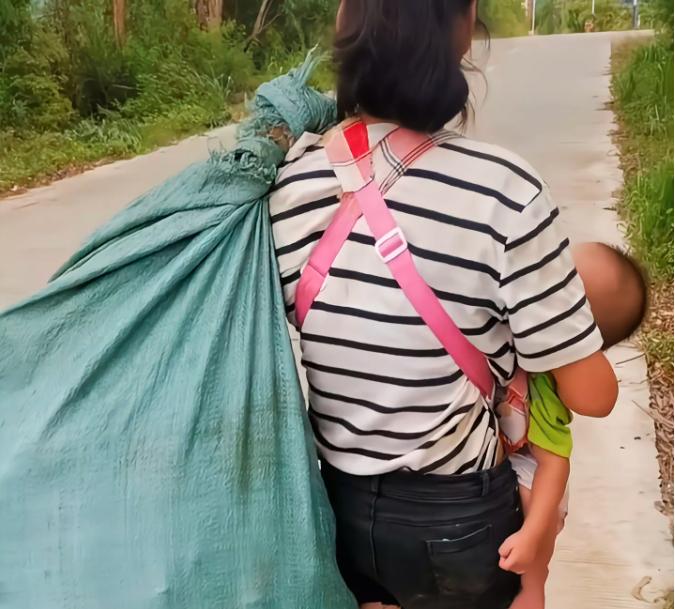 24岁妈带俩娃烈日下捡垃圾,网友:嫁错人太悲哀