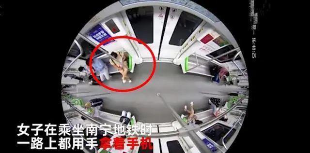 一女子在地铁上淫秽直播露下体 下场曝光!