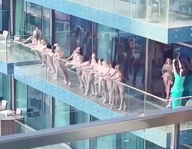 在迪拜阳台裸拍被驱逐后 乌克兰模特又公路脱衣