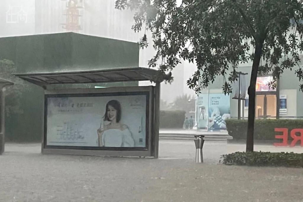 郑州暴雨中,我用皮划艇救了一个孕妇