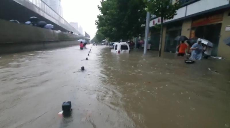 全面记录:郑州暴雨中,他们困在车厢里