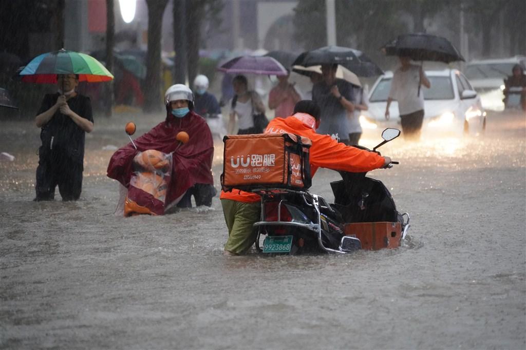 水灾惨绝人寰 河南电视台歌舞昇平 在播抗日神剧…
