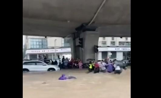 """水淹郑州:搭""""人墙""""过马路!行人被冲走猛哥神救援"""