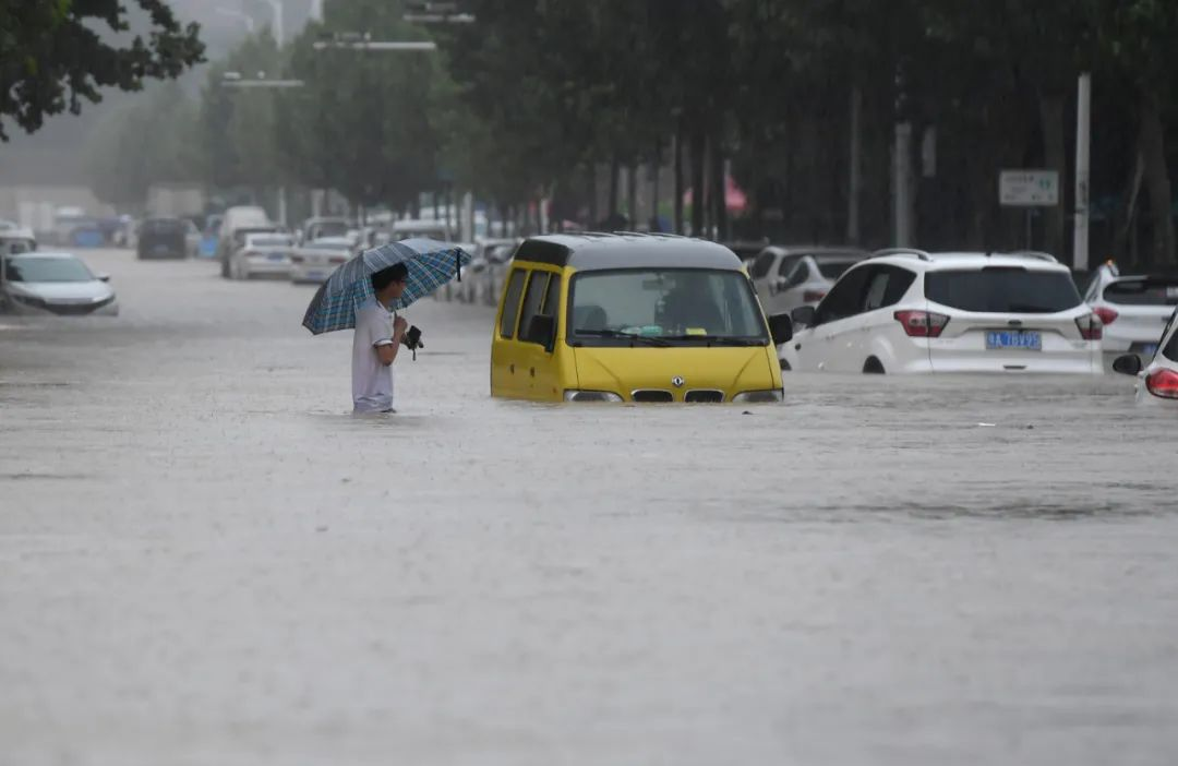 """官方称暴雨""""5000年一遇"""" 网友:上次是诺亚方舟?大禹都笑了"""