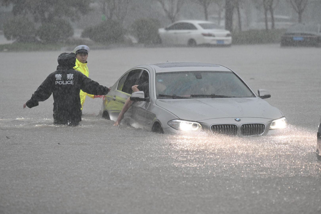 视频慎入!困在暴雨的人:水涨得太快,一切都来不及