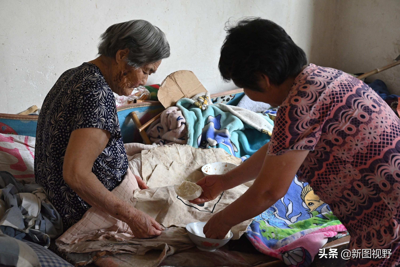 103岁长寿奶奶百岁种菜园,69岁儿子都佩服