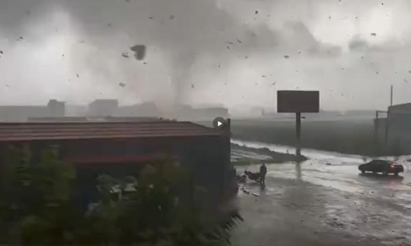 """河北遭""""龙卷风""""狂袭!屋顶被掀飞 至少2人死亡"""
