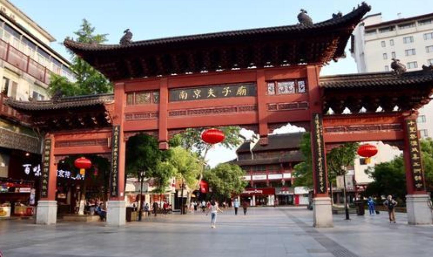 女子穿和服逛南京夫子庙,网友:能不能好好当个人?