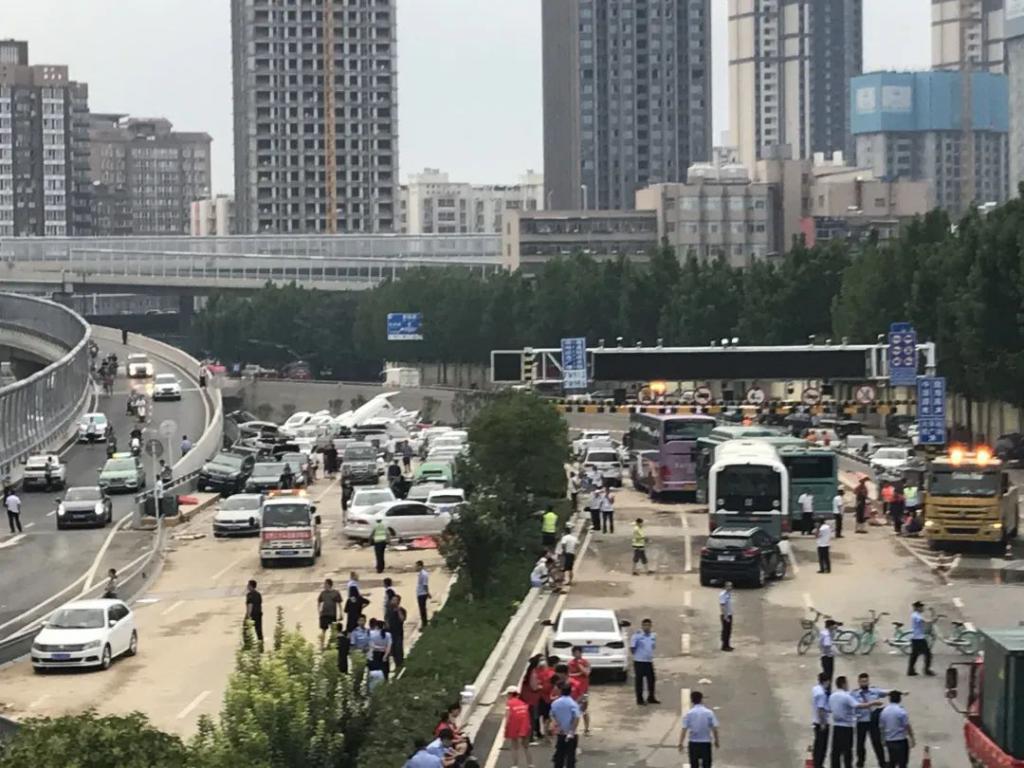 郑州隧道排水现场:汽车露出水面 数十辆车堆叠