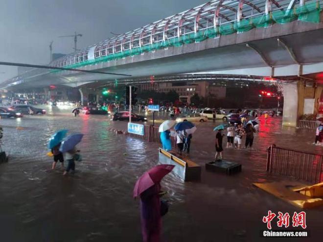 消防员忆郑州惊险营救:水像黄河一样往地铁站里灌