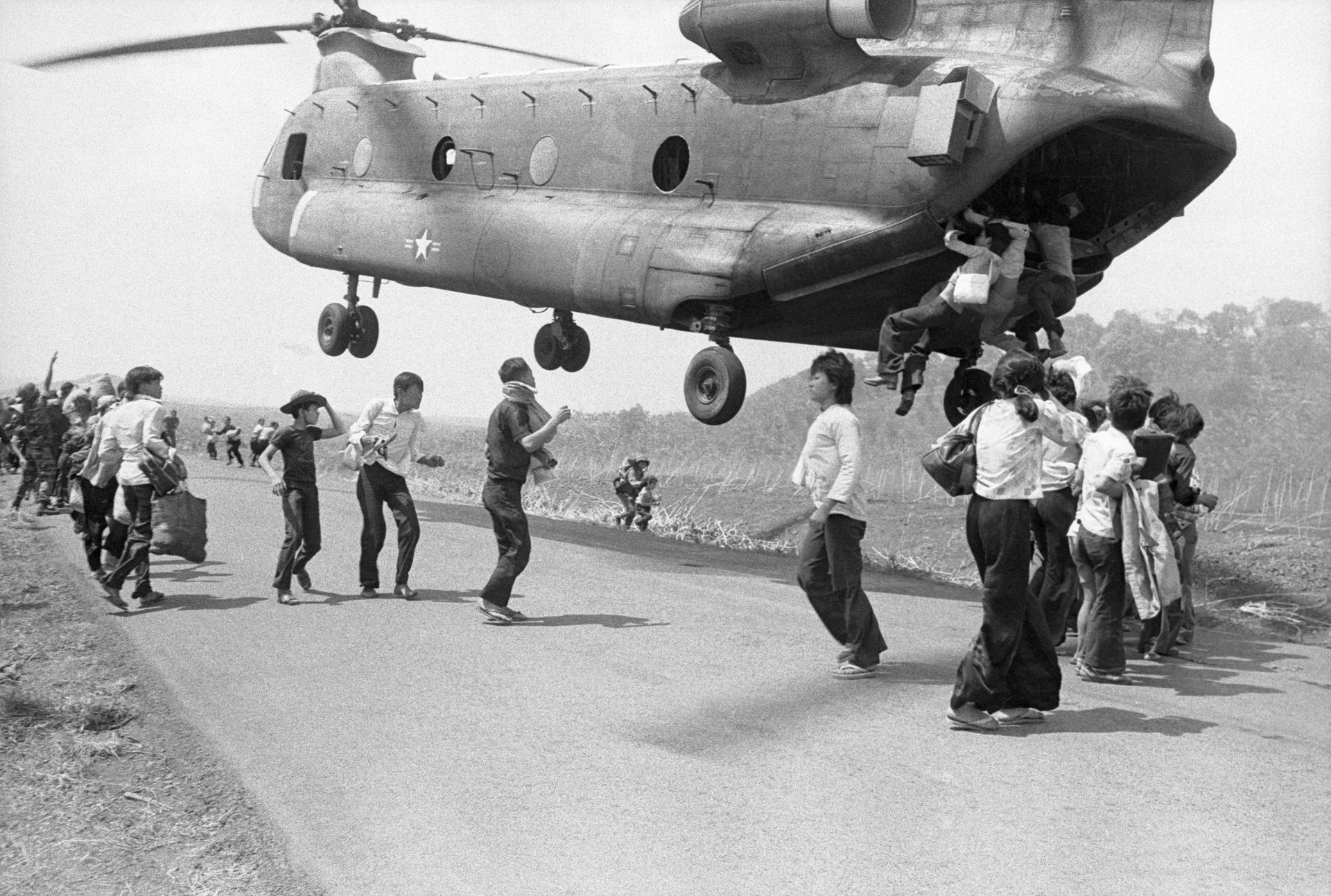 1975美军逃离西贡老照片 史上最大直升机撤离行动