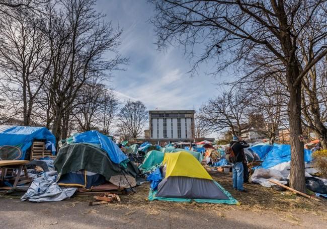 到处都是帐篷 无家可归者的加州