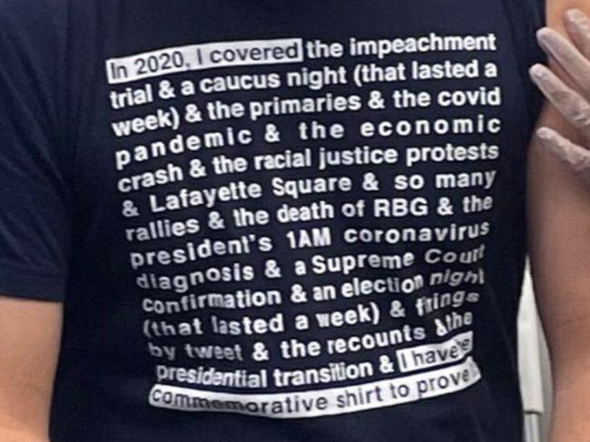 CNN記者打疫苗被T恤搶了鏡 網友:地獄般的一年