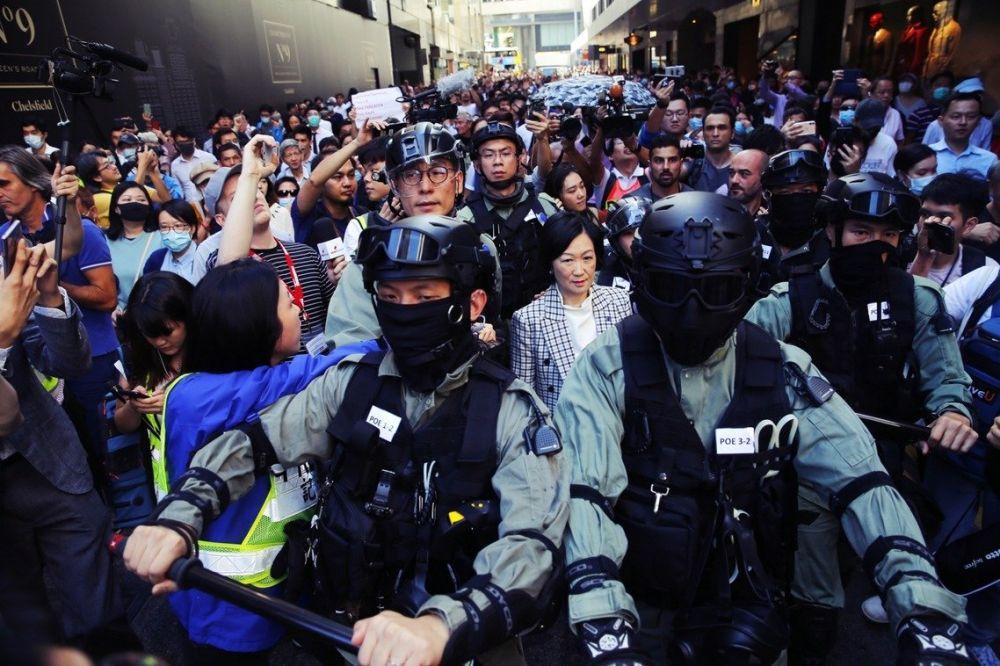 香港選後「敗將過街」:建製派葉劉淑儀中環遭圍罵(圖)