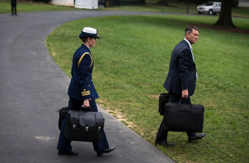 川普不参加拜登就职典礼,核按钮手提箱要怎么移交?