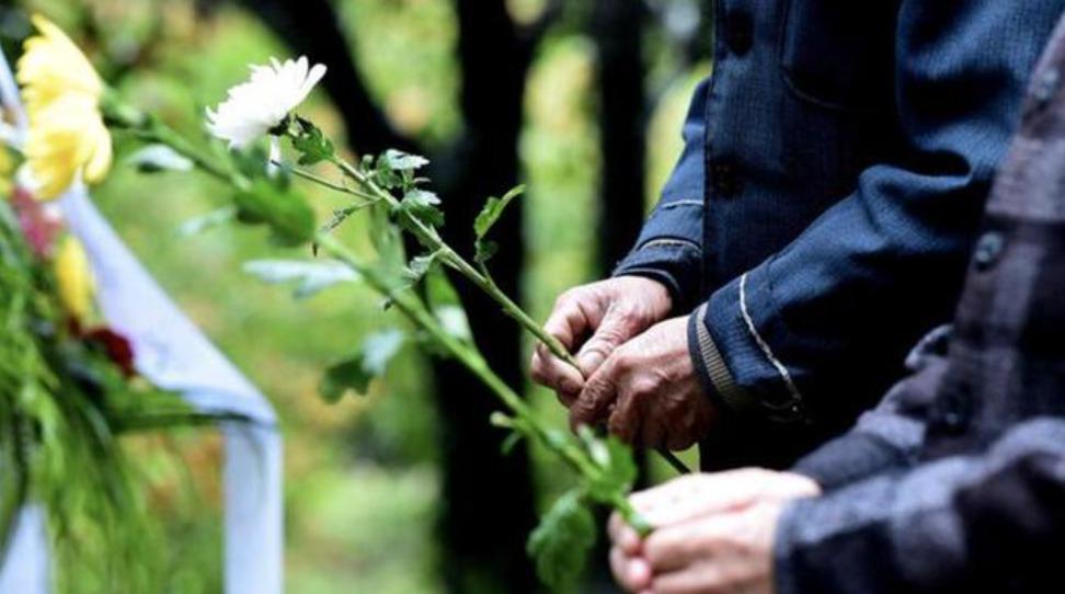 90後公墓管理員:每賣出一塊墓地,我就成了家屬的陪聊