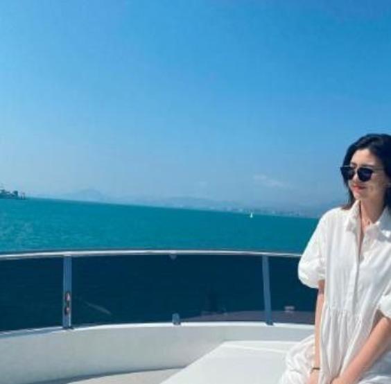汪峰16岁女儿坐豪华游艇度假 戴钻石耳环被批早熟