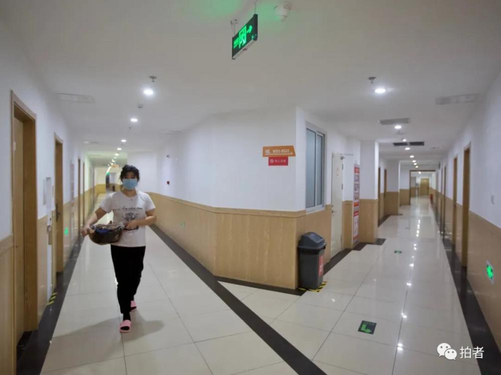 """住北京""""蓝领公寓""""的人:有一张干净的床就很满足了"""