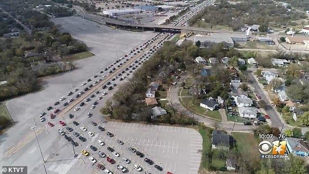德州数千民众排队12小时等发救济粮,场面浩浩荡荡