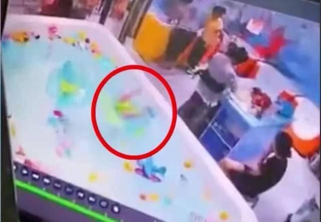 婴儿泳池溺水3分钟获救母亲在玩手机 家长索赔150万