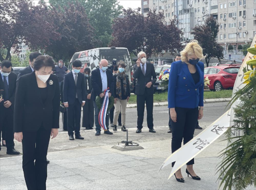 央视高调报道各界凭吊遭轰炸的驻前南斯拉夫使馆