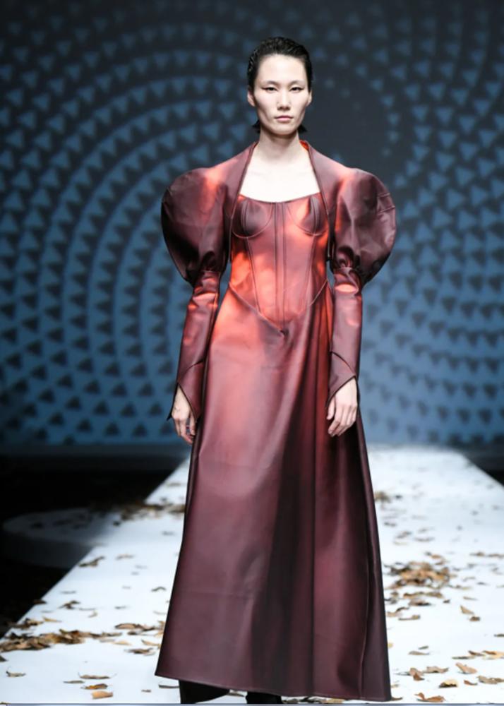 被批自我丑化迎合西方 清华美院时装展惹巨大争议