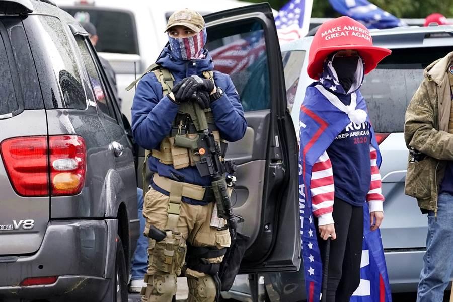 拒绝接受特朗普败选 全美惊现支持者带枪上街抗议
