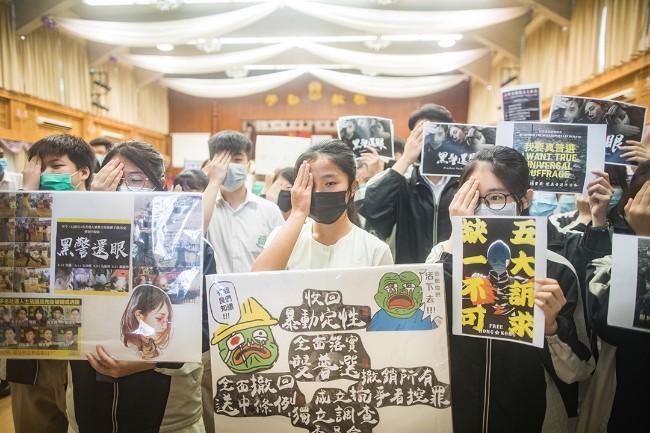 中学生声援罢课 被港警扑倒鲜血直流(组图)