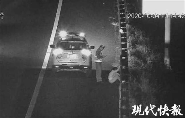 高速上跟丈夫吵架 女子下车暴走3公里